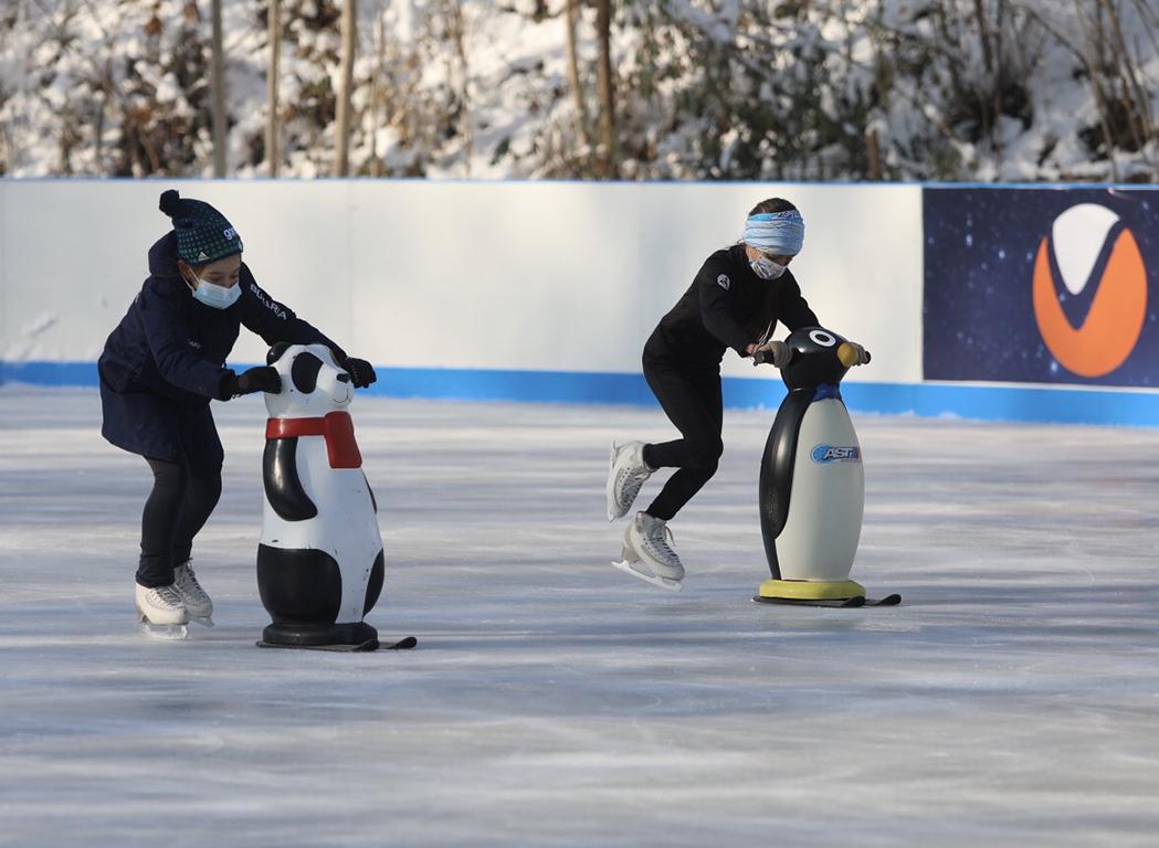 <p>Ценоразпис: 90мин. с кънки под наем &ndash; 9лв, 90мин. със собствени кънки &ndash; 5лв. 40мин. инструктор &ndash; 6лв. 90мин. пингвин &ndash; 10лв. Пързалката е на открито. Има гардероб.</p>  <p>&nbsp;</p>