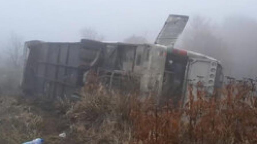 Автобус се обърна в канавка край Панагюрище