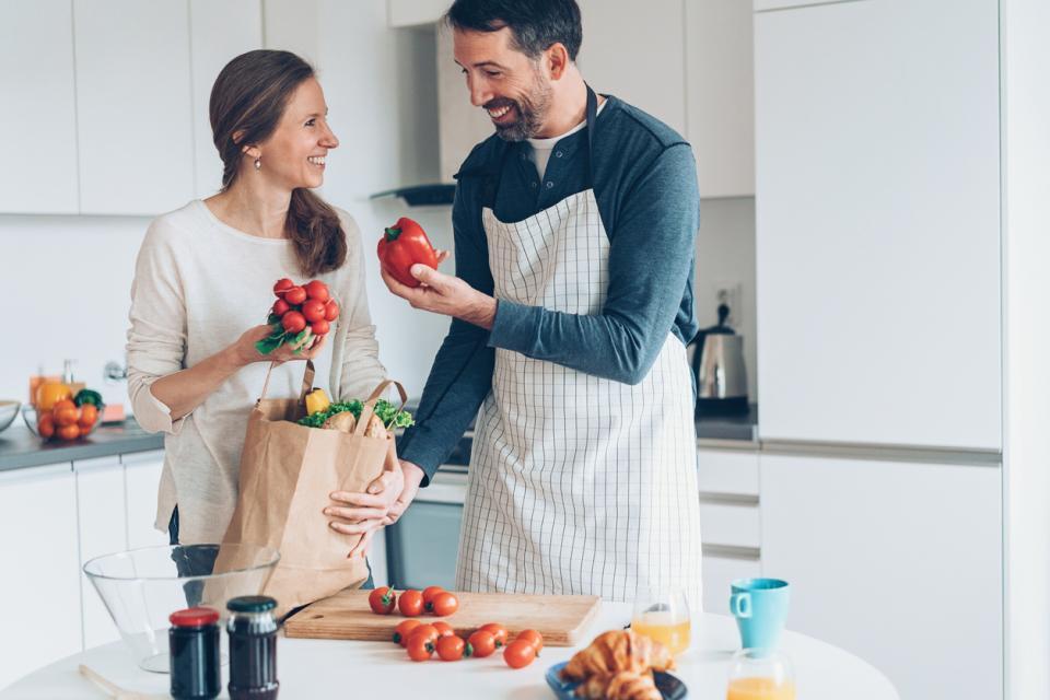 мъж жена двойка любов кухня готвене храна