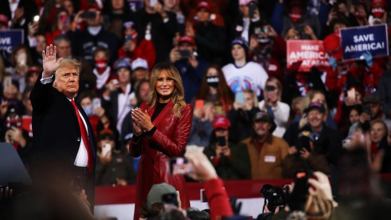 Мелания Тръмп с ярка визия в червено