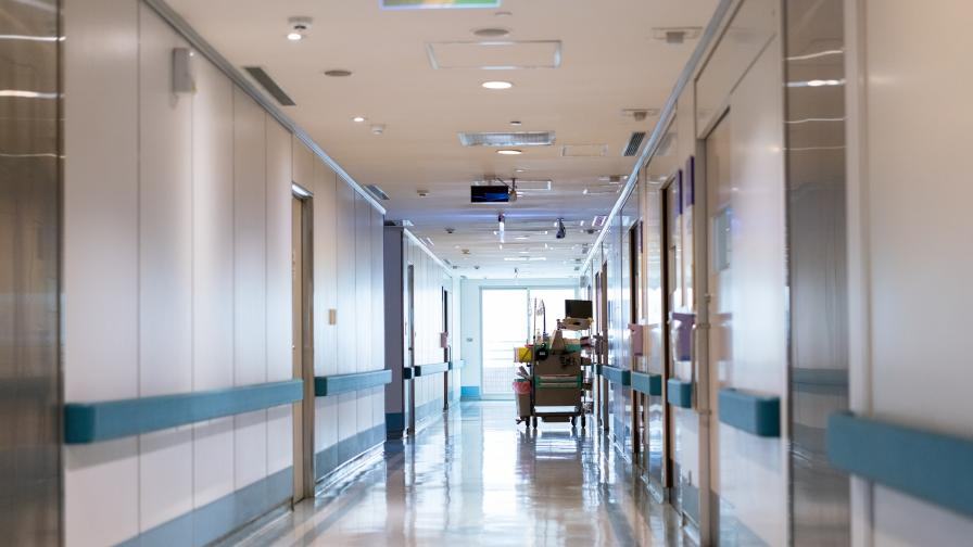 Зловеща гледка, оставиха починал мъж пред варненска болница