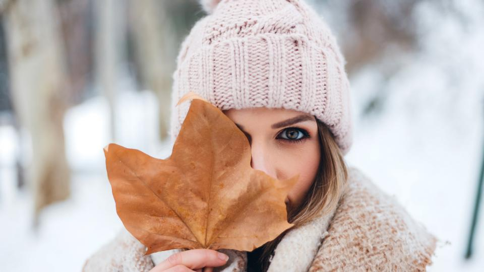 зима жена сняг