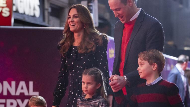 Кейт, Уилям и трите им деца на червения килим