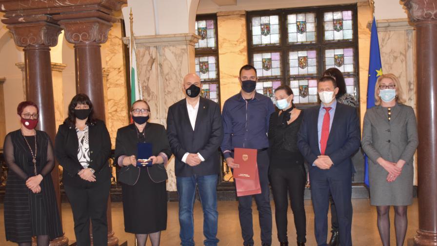 """Гешев връчи """"Почетен знак на Прокуратурата"""" на наследниците на Евгени Диков"""