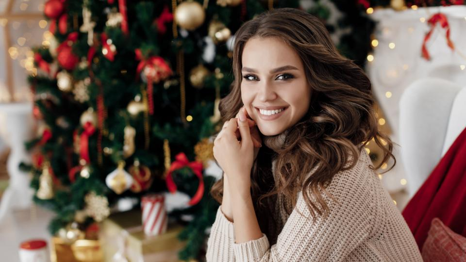 жена Коледа зима украса елха подарък подаръци дом уют