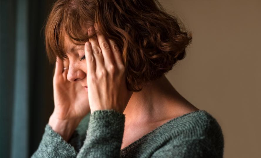 <p><strong>Прекалено нервни сте</strong></p>  <p>Кафето е стимулатор на централната нервна система. С други думи, той е директно насочен към най-основната система за обработка в тялото ви. Кофеинът във вашето кафе блокира аденозиновите рецептори, като същевременно повишава адреналина, глутамата и допамина &ndash; комбинация, която може да накара тялото ви да влезе в режим на битка или полет.</p>  <p>&bdquo;Кофеинът задейства сърдечната честота и проучванията категорично показват, че консумацията на кофеин повишава кръвното налягане&ldquo;, разказва диетологът Елизабет Йонц Мойе. Когато нервната ви система е стимулирана от прекалено много кофеин, това може да доведе не само до треперене, но и до промени в настроението и раздразнителност.</p>  <p><strong>Промяната:</strong> &bdquo;Смяната на следобедното кафе със следобедна чаша чай е начин бавно да намалите консумацията на кофеин&ldquo;, казва Мойе. Тя препоръчва да опитате билков чай или кафе без кофеин като здравословна алтернатива.</p>