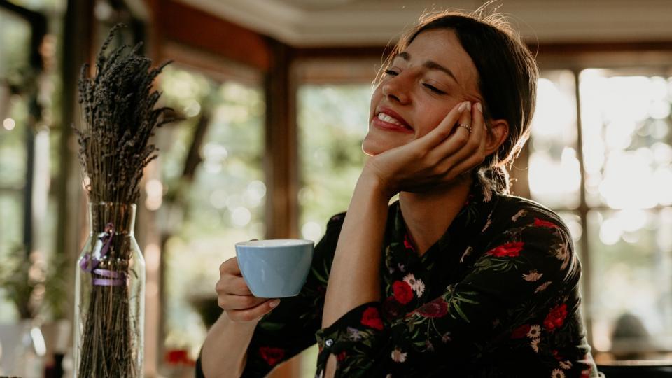 жена кафе дневен хороскоп сутрин слънце усмивка щастие