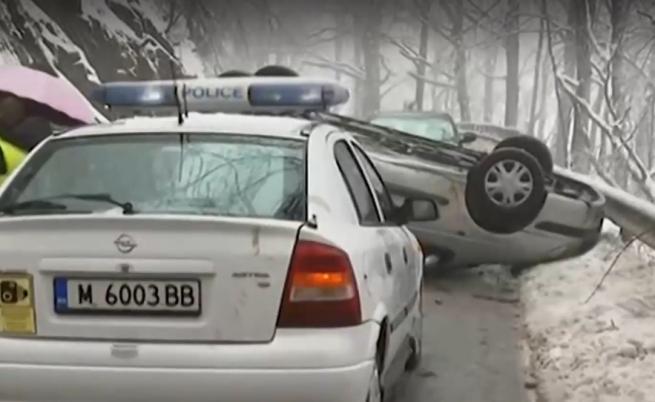 """Кола се преобърна по таван край прохода """"Петрохан"""""""