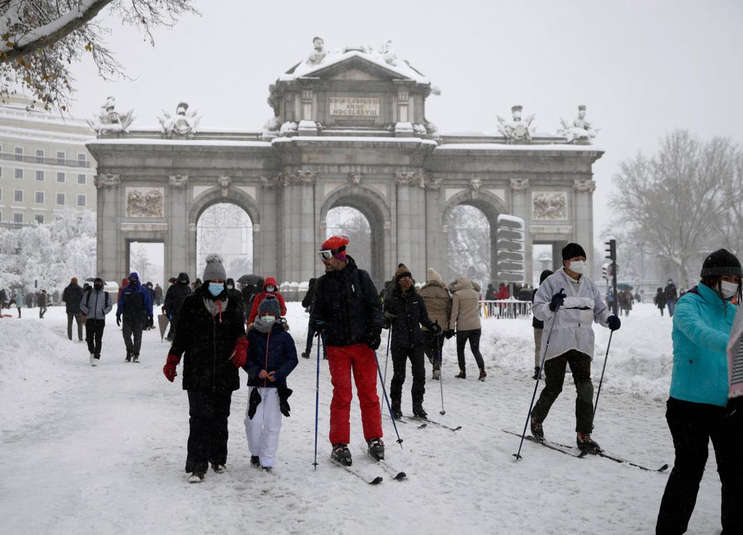 <p>Зимното време донесе и необичайни гледки. Някои мадридчани излязоха да карат ски на известния площад &quot;Пуерта дел сол&quot;, а на видео в социалните мрежи дори се вижда как пет кучета теглят шейна.</p>