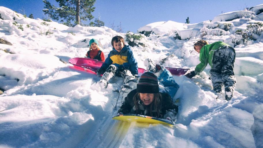 Защо е важно детето да играе навън през зимата?
