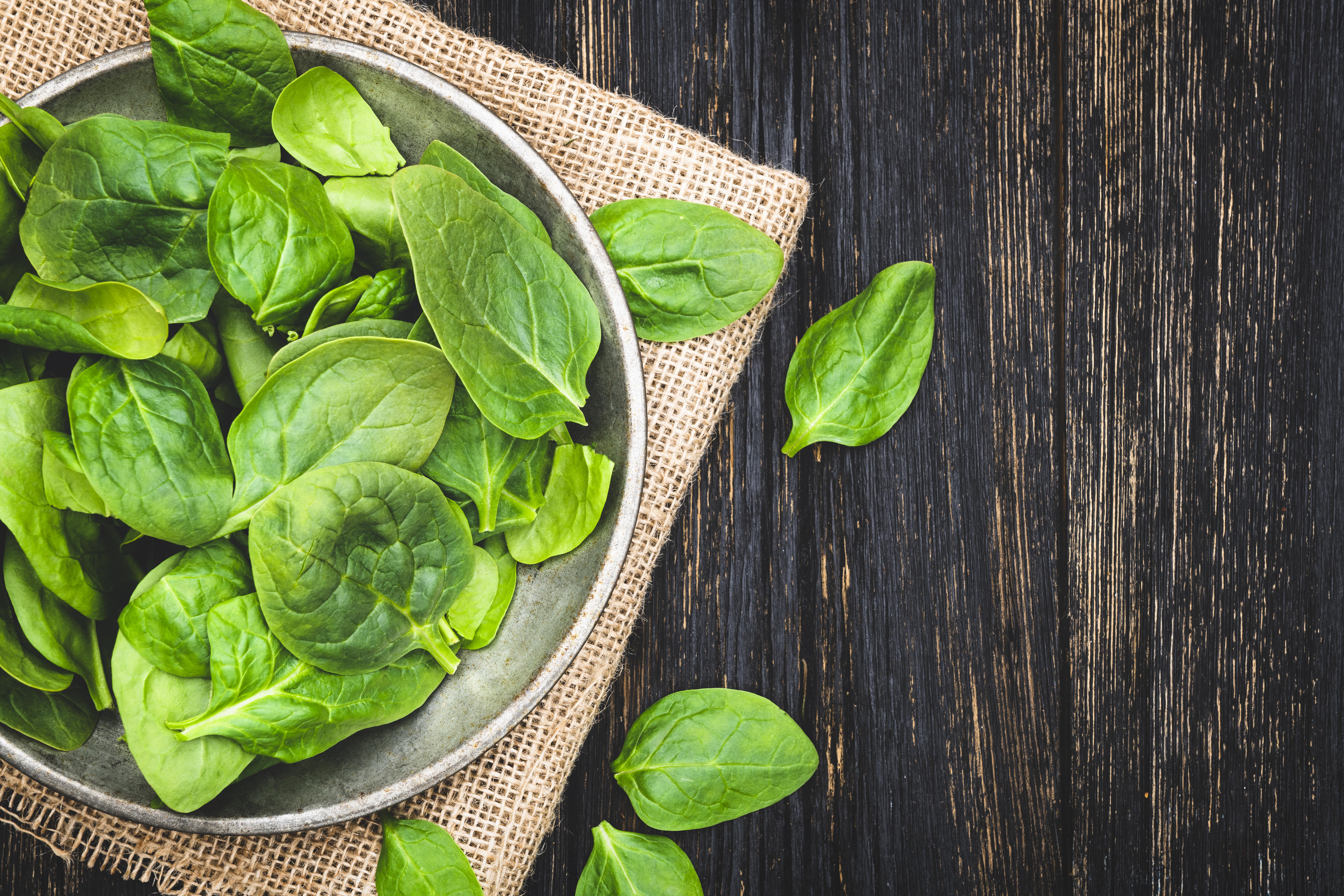 <p><strong>Спанак и други зеленчуци със зелен цвят</strong></p>  <p>При споменаването на спанака веднага се сещаме за Попай моряка, който получава силата си от него. Той съдържа лутеин, отговорен за очното здраве. Тук важи същото правило, както и при горските плодове - колкото по-тъмен е цветът, толкова повече полезни вещества съдържа. Те са богати на нитрати, които подобряват кръвообращението и снабдяват клетките с кислород.</p>