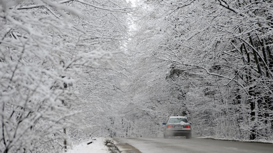 <p>Сняг скова страната, къде има проблеми</p>