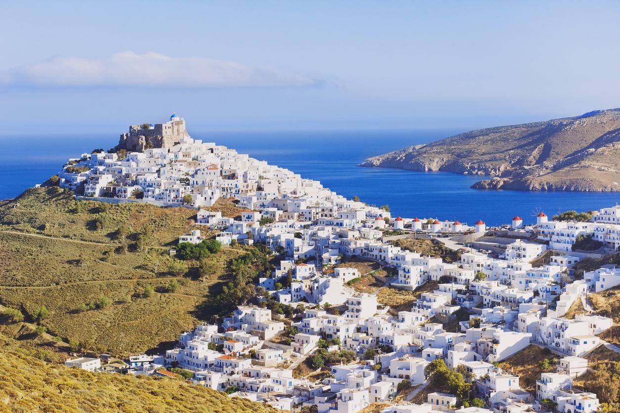 <p><strong>Астипалея&nbsp;</strong>- този остров е част от Додеканезите, а погледнем ли&nbsp;от прозореца на самолета, Астипалея прилича на пеперуда -&nbsp;двете отделни части на острова, обединени от тесен участък от сушата. Хора, както се нарича малката столица на острова, представлява лабиринт от двуетажни бели къщи, подредени амфитеатрално в подножието на внушителната средновековна крепост Кастро.&nbsp;</p>