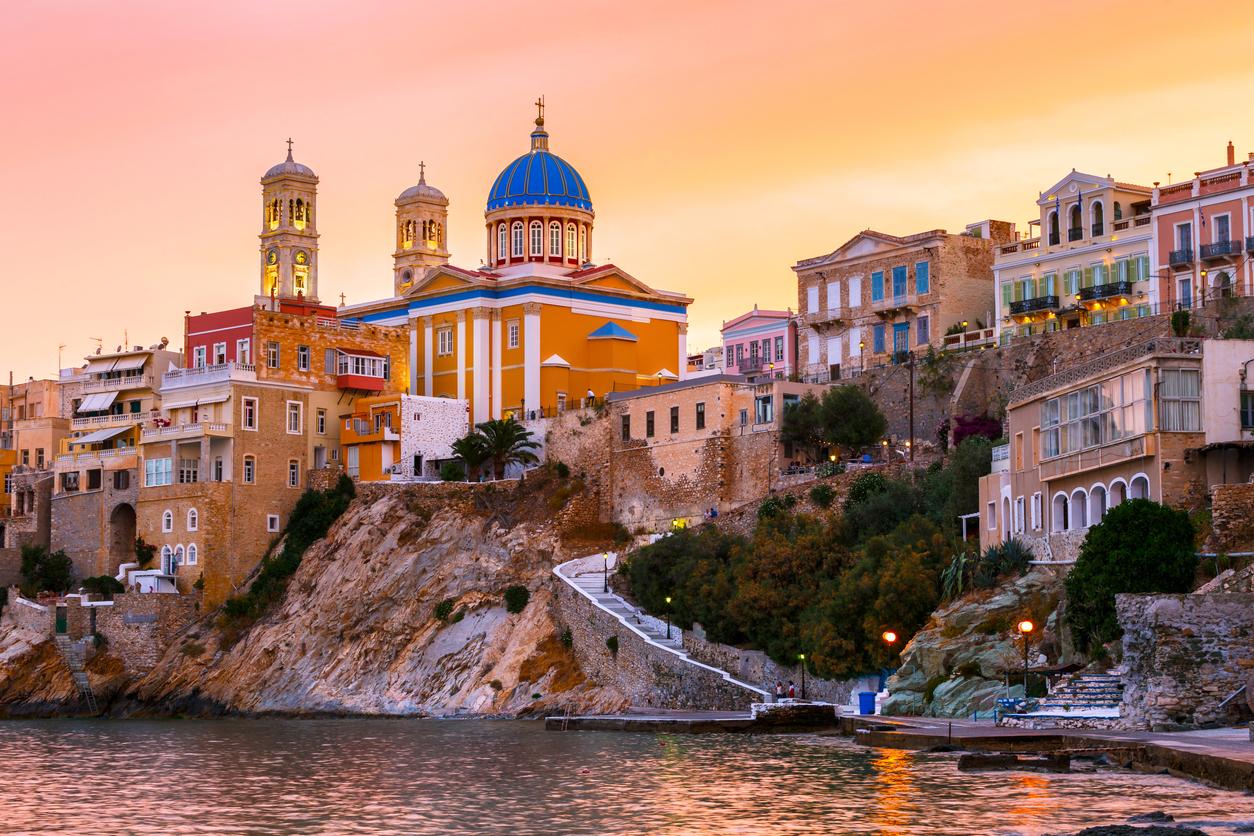 <p><strong>Сирос</strong>&nbsp;- островът принадлежи към групата на Цикладите. Преди, когато фериботите са по-бавни и не толкова чести, Сирос служи за спирка преди отпътуването за близкия Миконос. Днес това не е така и все повече туристи искат да посетят острова. Основният град на Сирос е Ермуполи. Той е под егидата на ЮНЕСКО и без съмнение може да се нарече и столица на всички Цикладски острови. Там може да се насладите на невероятна архитектура и спиращи дъха гледки.&nbsp;</p>