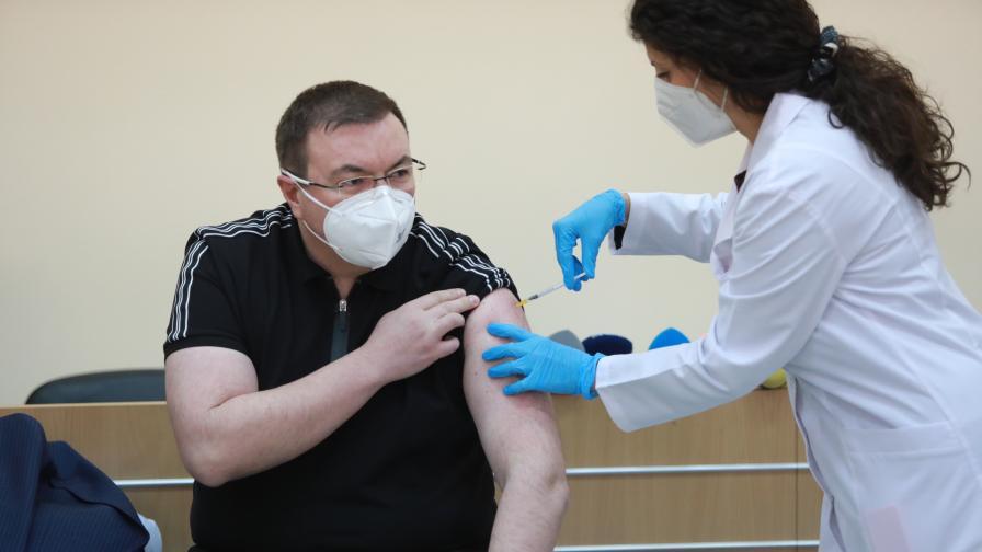 Костадин Ангелов се реимунизира срещу COVID-19