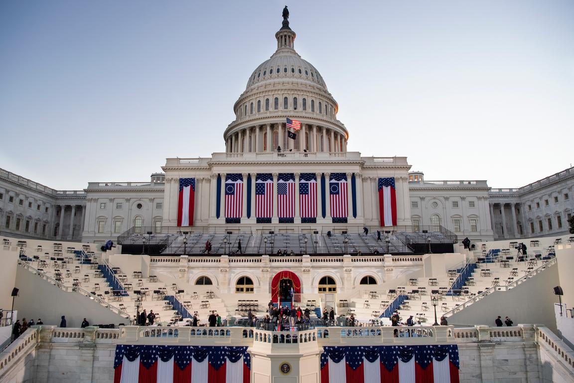 <p>Две зони за сигурност има около Капитолия, едната от тях обикаля периметъра около комплекса, а другата е отцепеният широк периметър, в който обикновено се провежда националното празненство всеки път, когато има церемония по встъпване в длъжност на новия президент на САЩ.</p>
