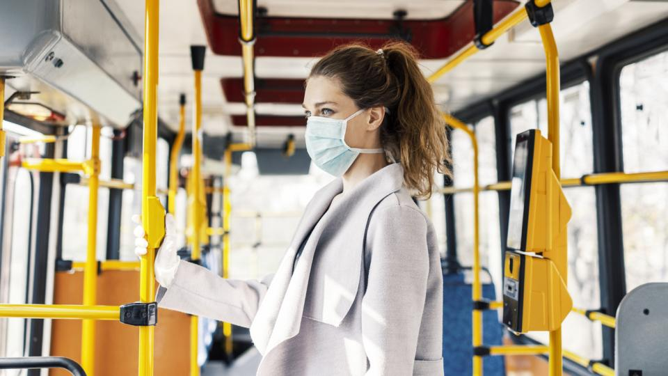 жена маска обществен транспорт