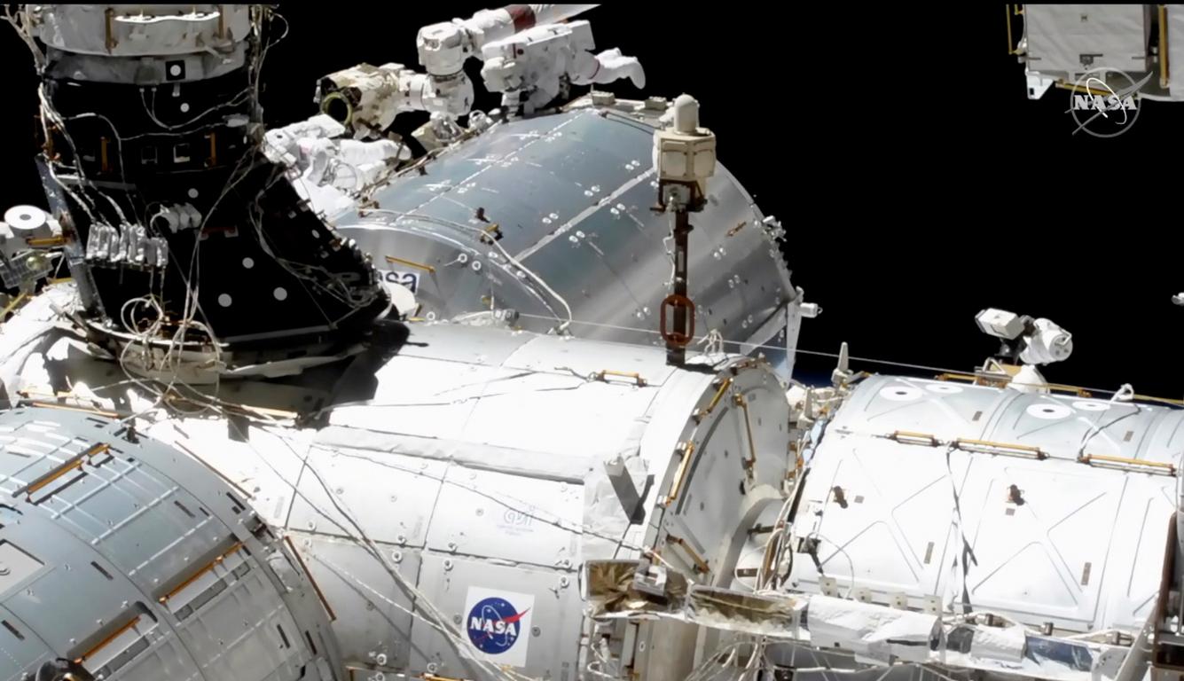 <p>Според работния план астронавтите трябва да подготвят за бъдеща модернизация и редица елементи на батериите. Следващото излизане в открития космос на Хопкинс и Глоувър е предвидено за 1 февруари</p>