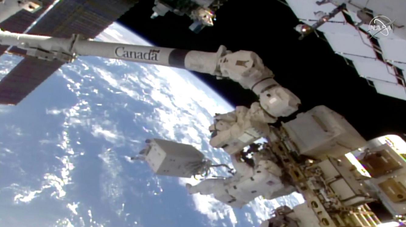 <p>Космическата разходка се предава на живо на сайта на НАСА. Излизането на астронавтите в открития космос започна около 14:00 часа българско време в момента на превключването на техните скафандри на автономно захранване. Хопкинс и Глоувър имат на разположение около шест часа, за да изпълнят поставените им задачи.</p>