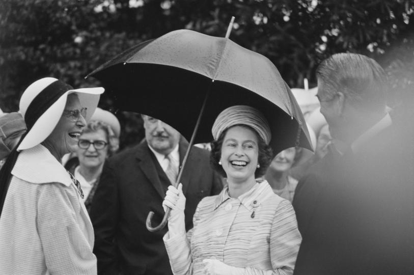 <p>Веднъж, когато се разхожда на територията на Балморал със своя охранител, кралица Елизабет се натъква на американски туристи. Става ясно, че не я разпознават, когато я питат: &bdquo;Срещали ли сте някога кралицата?&ldquo;. &bdquo;Не&ldquo;, отговоря Елизбает и след това посочва служителя си: &bdquo;Но той е.&ldquo;</p>