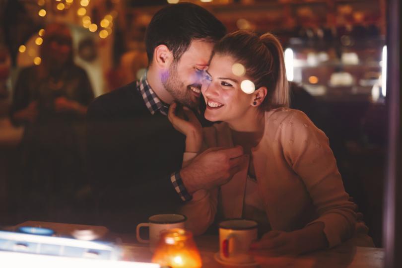 <p><strong>Те запазват вълнението, дори когато сексът не е възможен</strong></p>  <p>Удоволствието от бавното натрупване &ndash; например намеците, когато двойката се намира на публично място и няма възможност да прави нищо сексуално &ndash; е черта, която повечето двойки с горещ сексуален живот споделят, казва секс терапевтът от Ню Йорк Стивън Снайдер.</p>  <p>&bdquo;За повечето страстни двойки сексът е само върхът на айсберга&ldquo;, каза той. &bdquo;Те се наслаждават на взаимната възбуда, дори когато не е възможно да има истински секс или оргазъм.&ldquo;</p>  <p>Това може да е разочароващо, но бавната градация може да доведе до интензивен, удовлетворяващ секс, когато най-накрая намерите точното време, твърди Снайдър.</p>