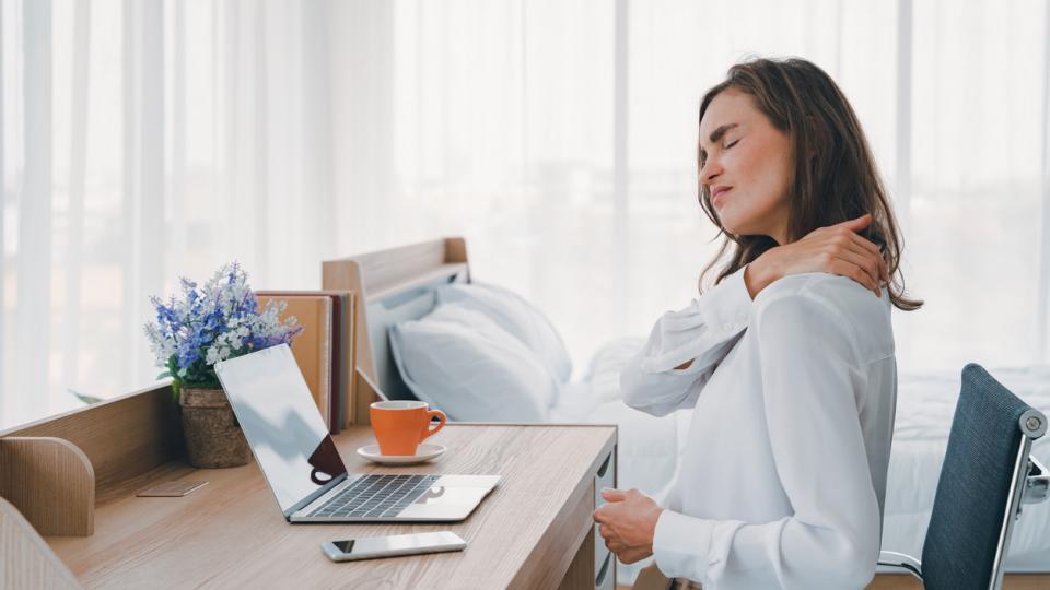 жена работа компютър бюро болка гръб