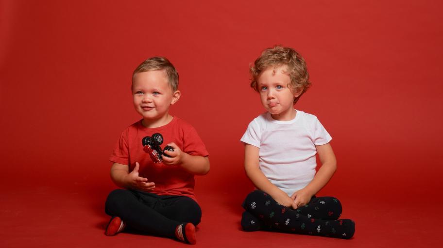 Защо не трябва да обуваме чорапогащник на малките момченца