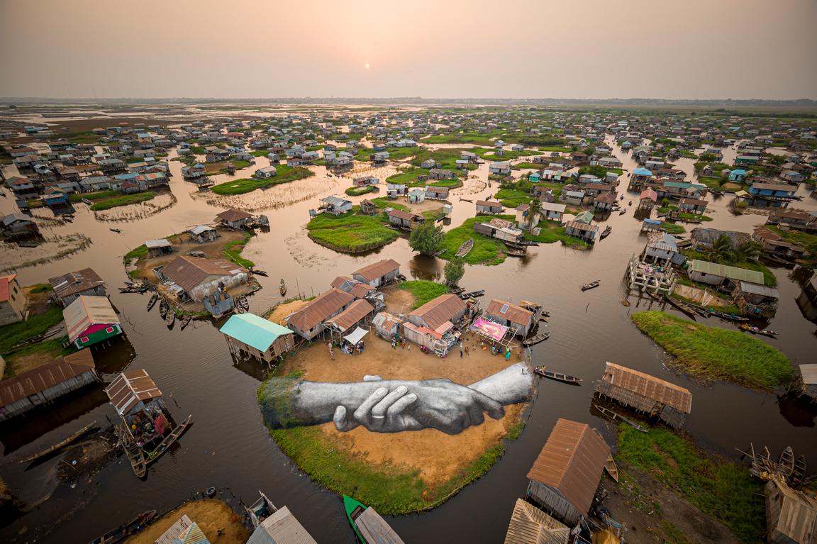<p>Гигантска фреска в стил Landart от френско-швейцарския художник Сайп, част от неговия световен проект &bdquo;Отвъд стените&ldquo; в селото на кокили Ганви, в Бенин, Западна Африка. Пет фрески са създадени с приблизително 700 литра биоразградими пигменти, направени от въглища, креда, вода и млечни протеини</p>