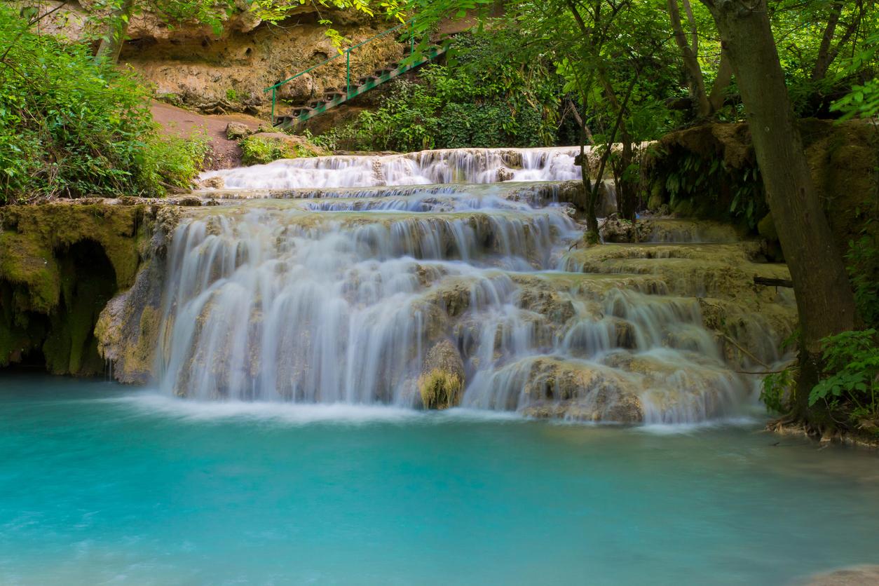 <p><strong>Крушунски водопади</strong> -&nbsp;тази поредица от водопади се намира на 6 км от град Летница и е известна&nbsp;със своята живописност. Водопадите представляват дълга травертинова&nbsp;каскада.</p>