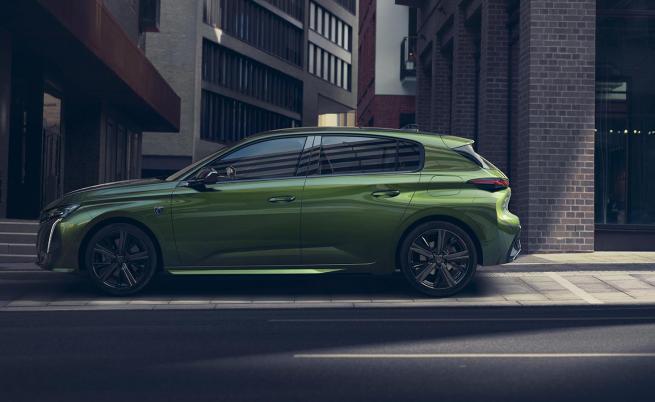 Новото 308 е с 11 см по-дълго, с 20 мм по-ниско и предлага с 55 мм по-дълго междуосие.