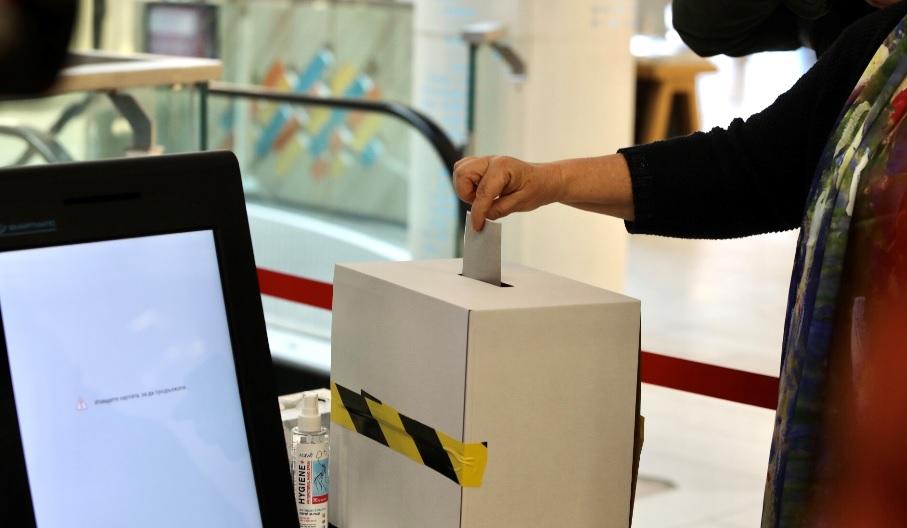 <p>Показват машините за гласуване в два мола в София</p>