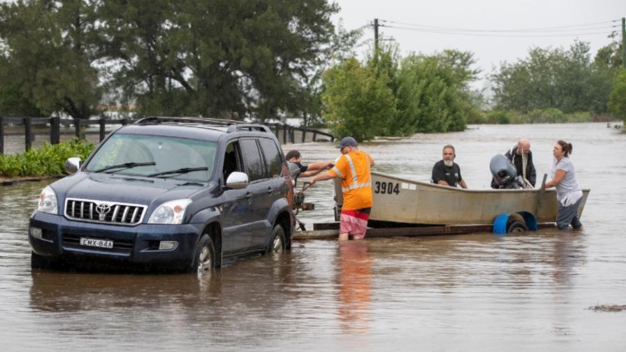 Опасни наводнения в Австралия, евакуирани