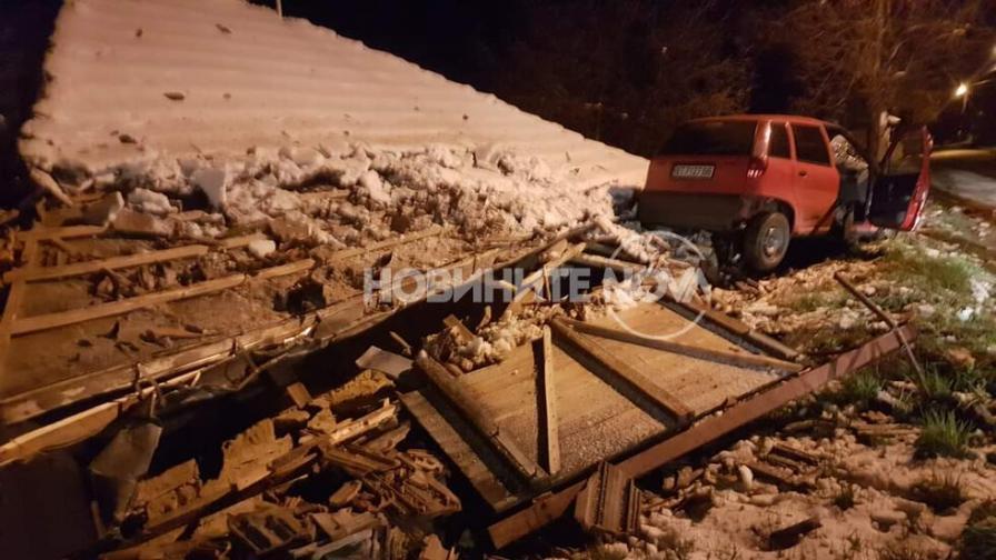 Млад шофьор заби колата си в покрива на къща