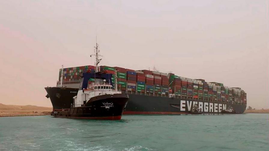 Защо не могат да отместят кораба, запушил Суецкия канал