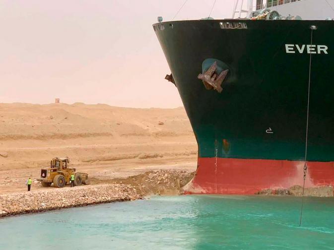 Товарен кораб блокира Суецкия канал