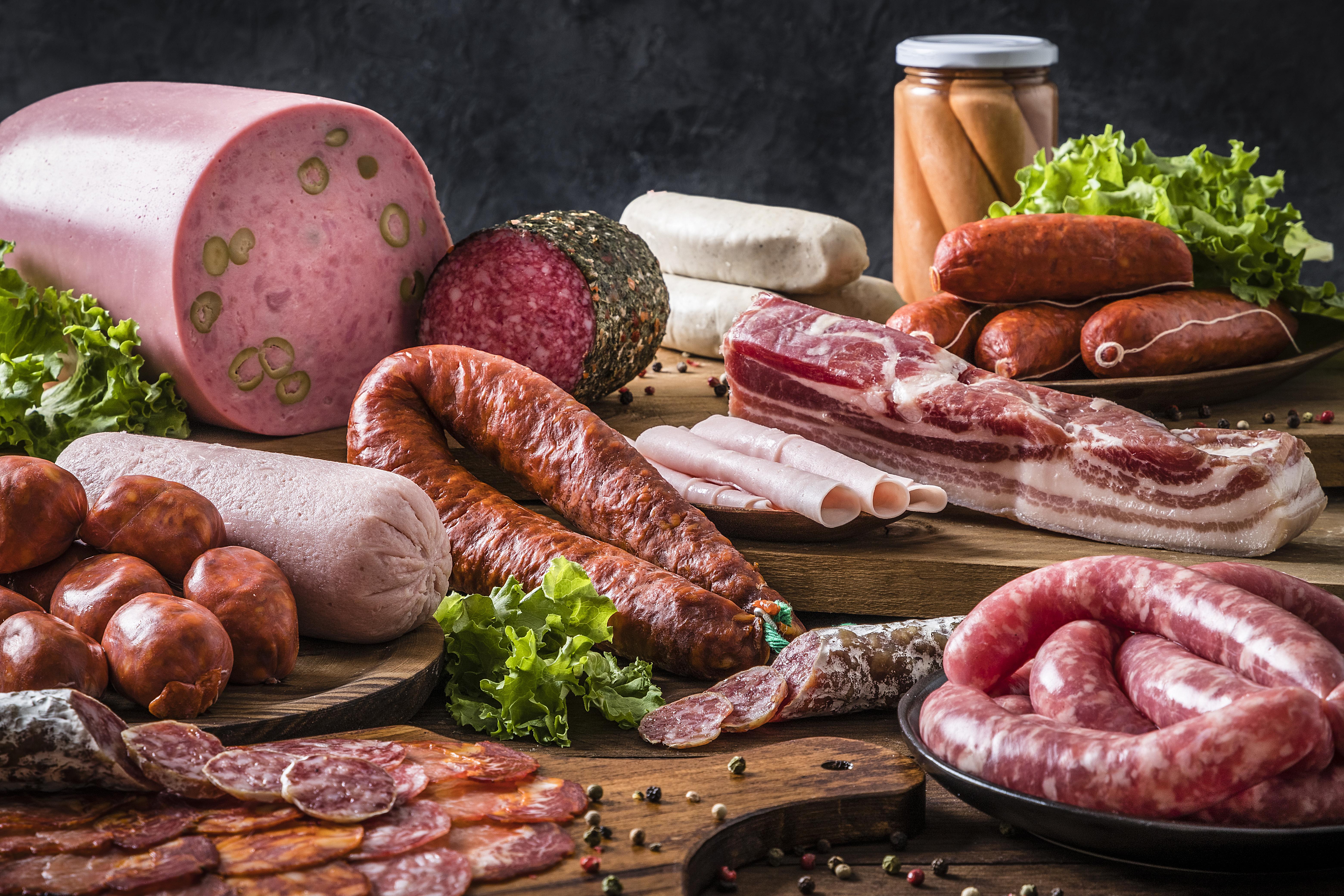 <p><strong>4. Туршии, колбаси, чипс, осолени и пушени продукти, сосове и т.н.&nbsp;</strong></p>  <p>Всички храни и ястия, в които има сол, особено тези, в които не знаете колко точно е добавена, са строго забранени за вечеря. В противен случай подуването на стомаха е неизбежно.</p>