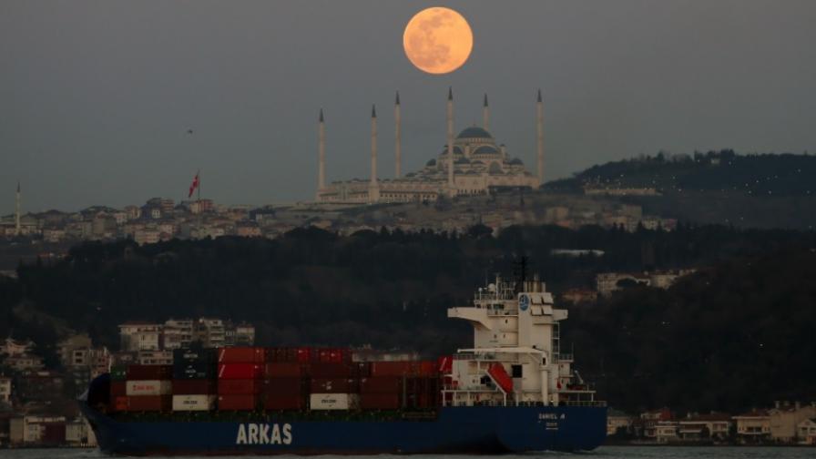 Огромен кораб се блъсна на пристанище в Истанбул