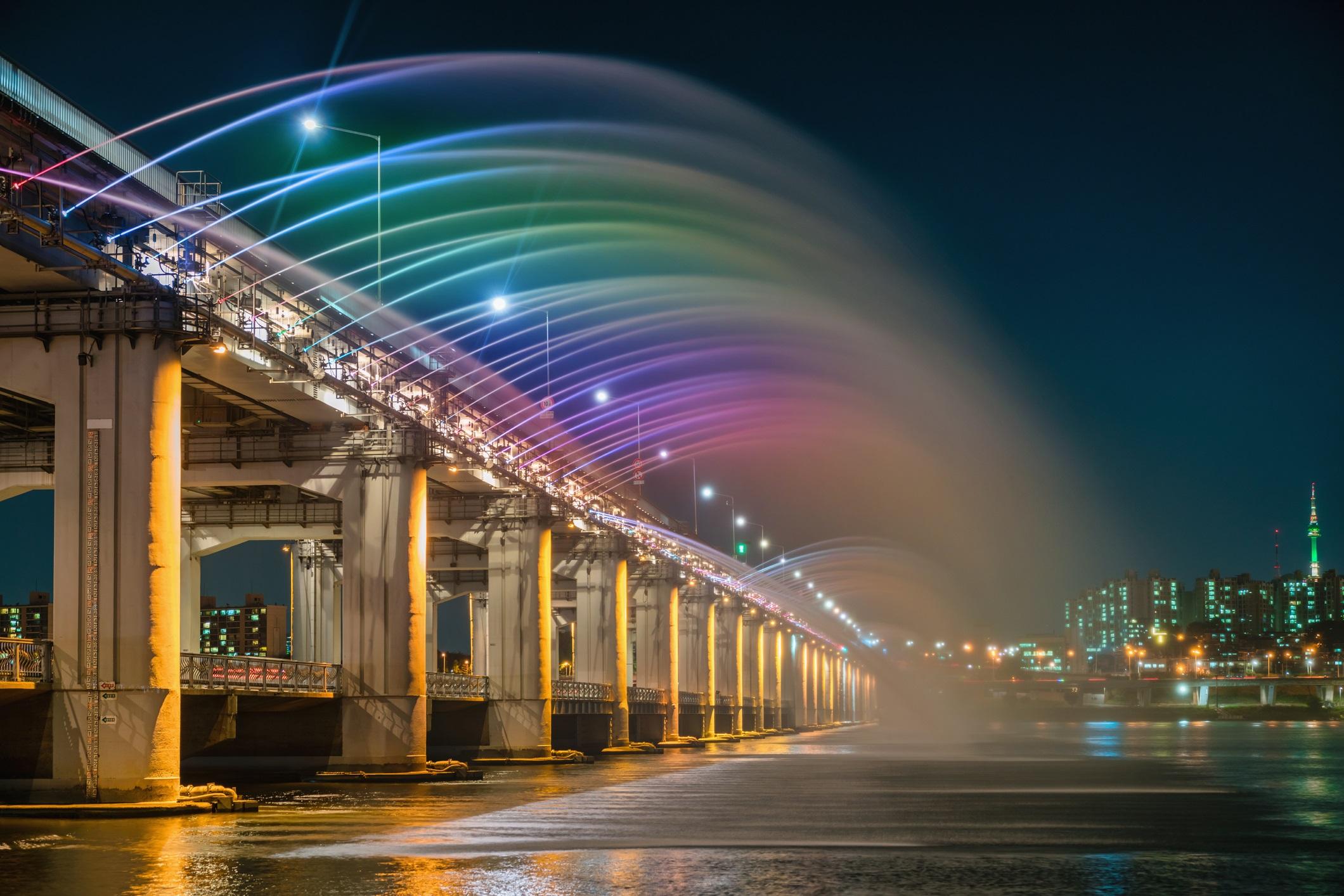 <p><strong>Банпо (Сеул, Южна Корея)</strong></p>  <p>Дръзкият и пъстър мост на Банпо в Сеул се извисява над река Хан. Той стана известен със своето шоу Moonlight Rainbow Fountain, в което блестят красиви LED светлини, свири музика и почти 200 тона вода преминават от двете страни на моста всяка минута.</p>