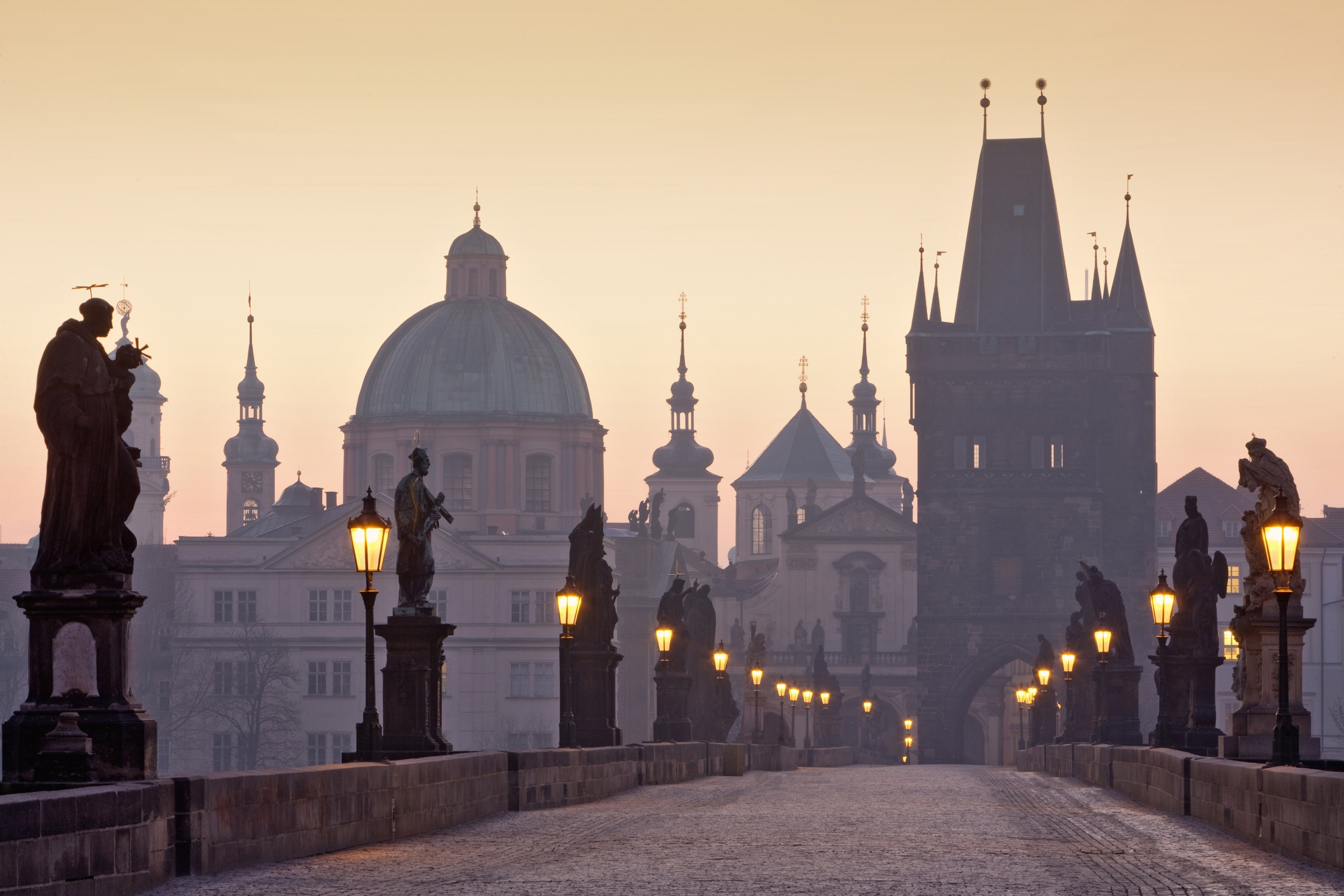 <p><strong>Карловият мост (Прага, Чехия)</strong></p>  <p>Известният мост е само една от многото забележителни забележителности в столицата на Чехия. Построен преди повече от 600 години, Карловият мост се простира през река Вълтава и е украсен с 30 каменни статуи на светци.</p>