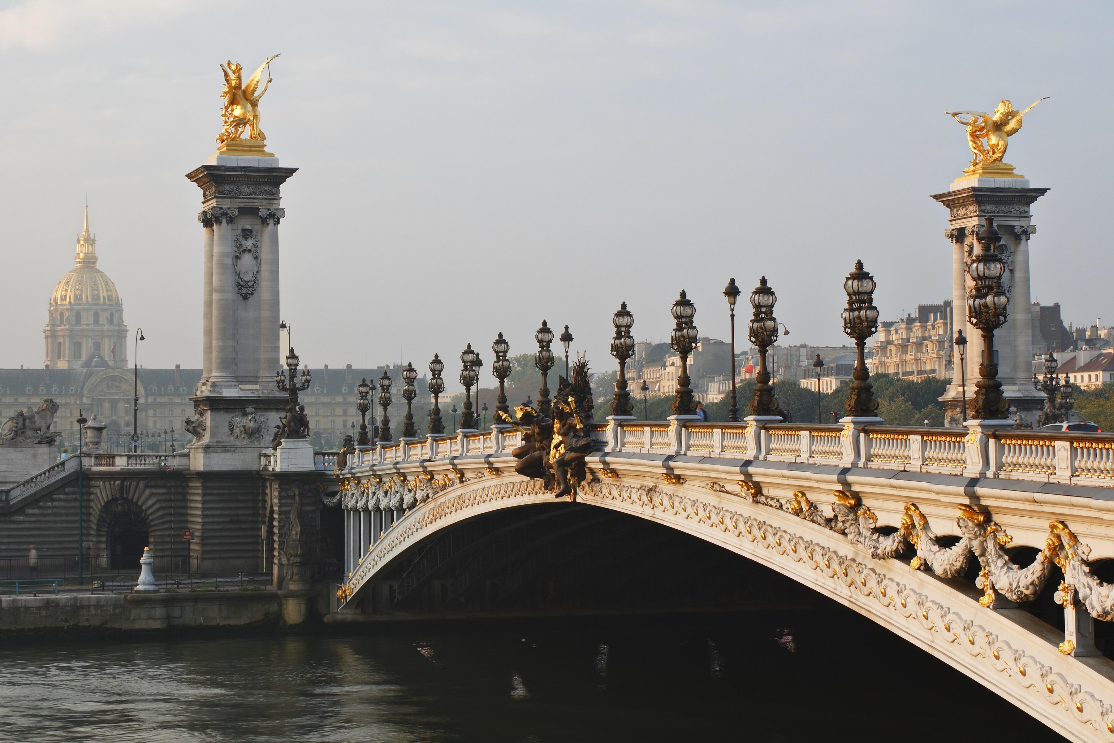 <p><strong>Александър III (Париж, Франция)&nbsp;&nbsp; &nbsp;</strong></p>  <p>Това е може би най-богато украсеният и най-сложно проектиран мост в Париж, блестящ с нимфи, крилати коне, херувими и други. Датиращ от XIX в. той се извисява над река Сена и е кръстен на руския цар Александър III.</p>