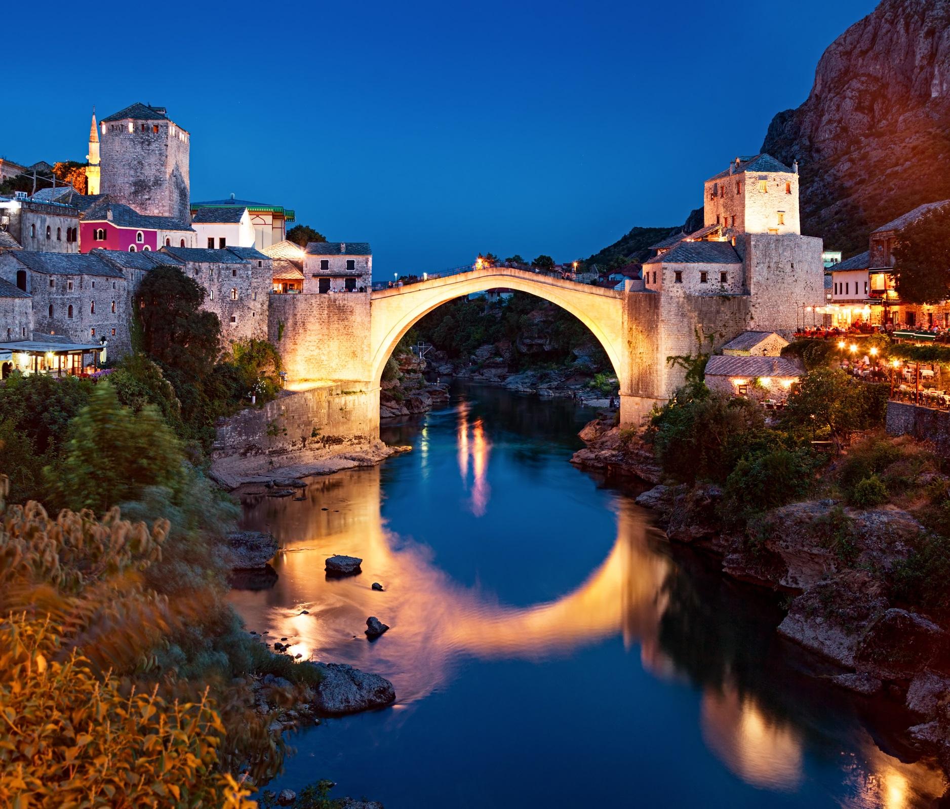 <p><strong>Стари мост (Мостар, Босна)</strong></p>  <p>Стари мост в Мостар пресича река Неретва и всъщност представлява модерна реконструкция, след като оригиналът (завършен през XVI в.) е бил унищожен по време на хърватско-бошняшката война. Историческият град Мостар е обект на световното наследство на ЮНЕСКО.</p>