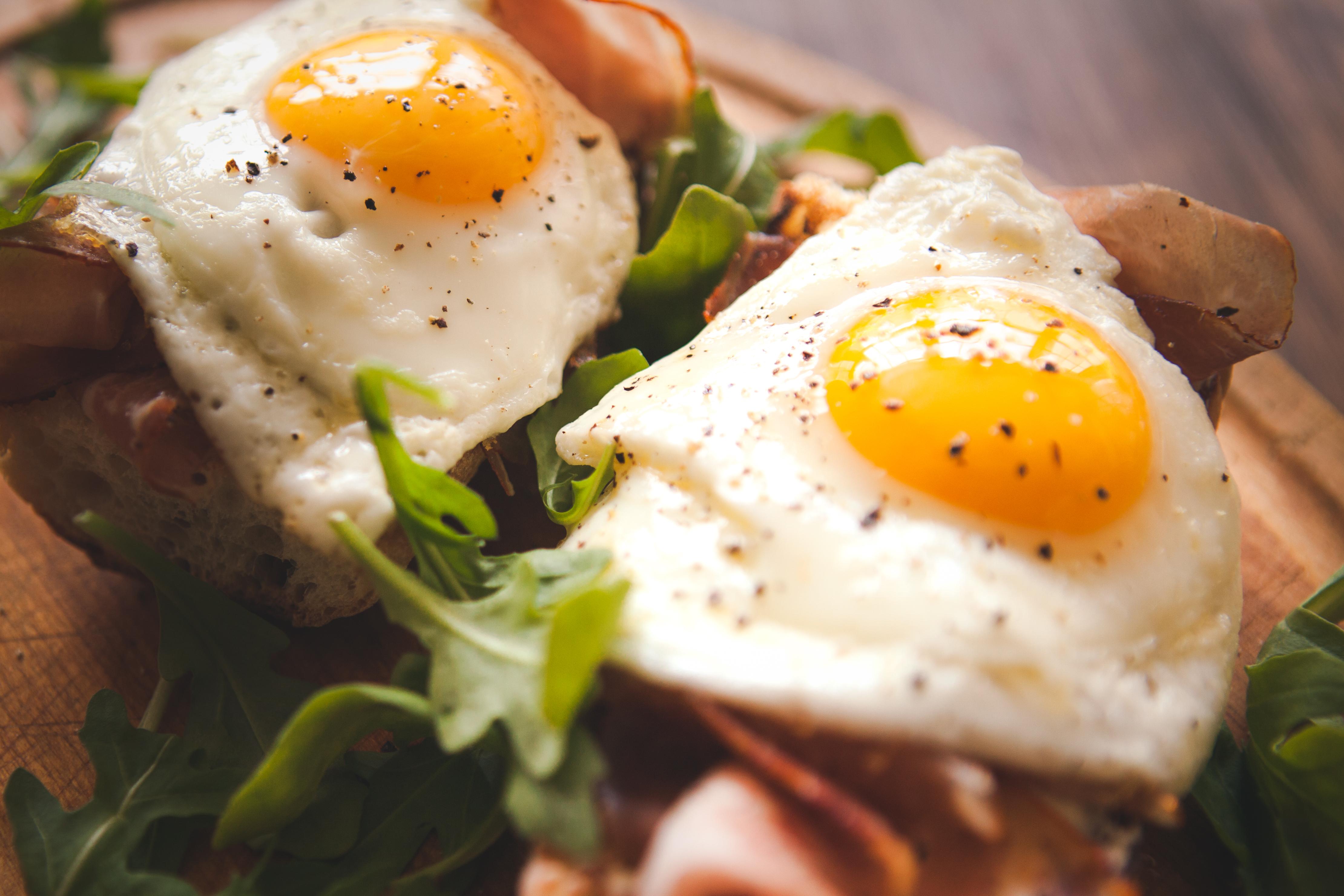 <p><strong>6. Яйца</strong></p>  <p>Яйцата са чудесен източник на енергия, тъй като са пълни с протеин. Освен това те са богати на витамини от група В, които помагат на ензимите да изпълняват своите роли в процеса на разграждане на храната за енергия.</p>