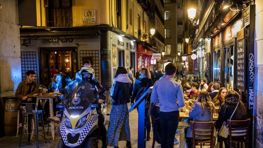 Испанските курорти са пред колапс, докато в Мадрид купонясват европейци