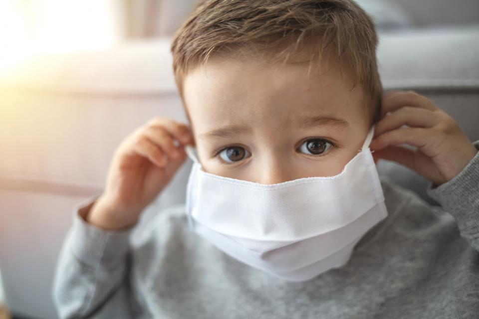 дете коронавирус маска