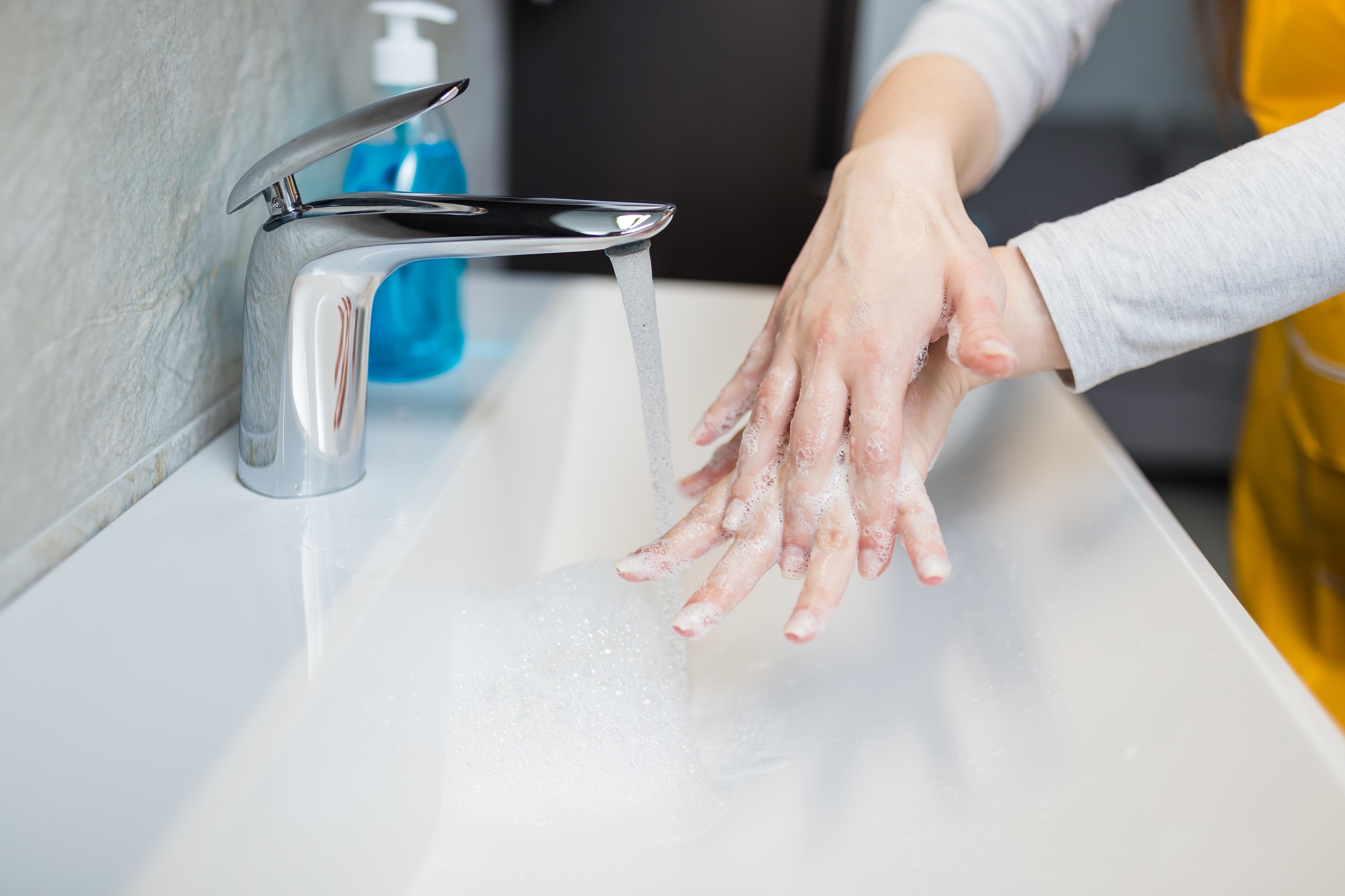 <p><strong>Миене на ръцете с гореща вода</strong><br /> Различни изследвания потвърждават, че топлата и студената вода са еднакво ефективни при убиването на микроби и премахването на бактериите от ръцете ни. Според тези проучвания, температурата на водата не играе жизненоважна роля за намаляване на бактериите. Освен това е доказано, че студената вода всъщност е по-здравословна за нашите ръце от горещата вода.</p>