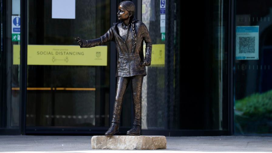 Статуята на Грета Тунберг в университета в Уинчестър