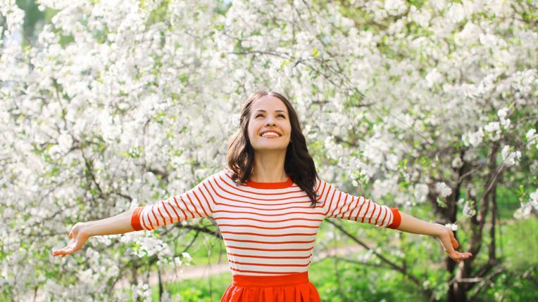 жена пролет цветя