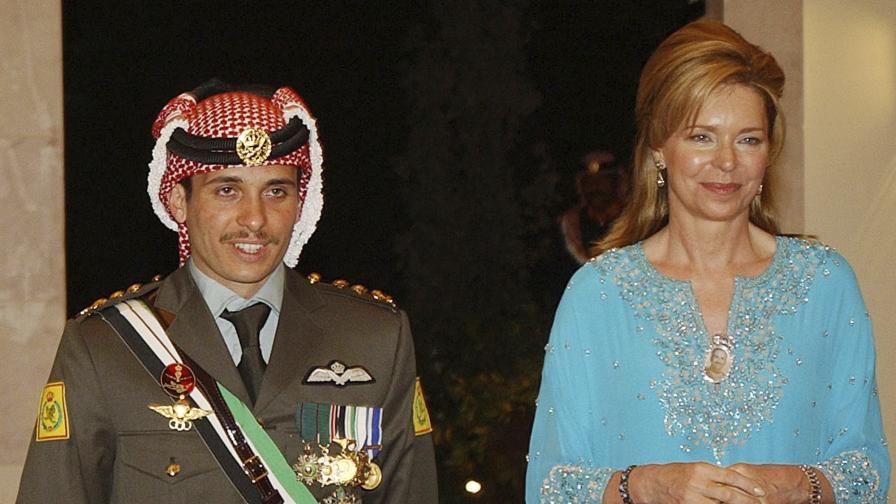 Принц Хамза заедно с неговата майка - кралица Нур