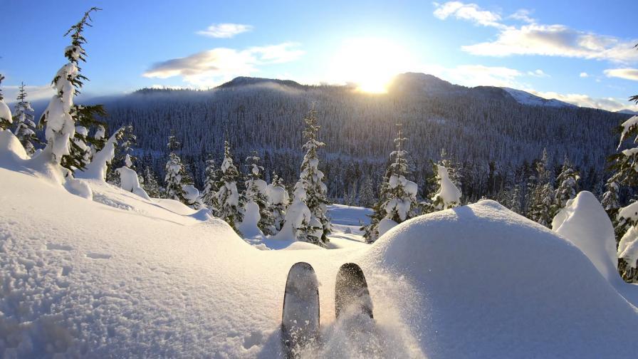 Норвежец избяга от карантината със ски в Швеция