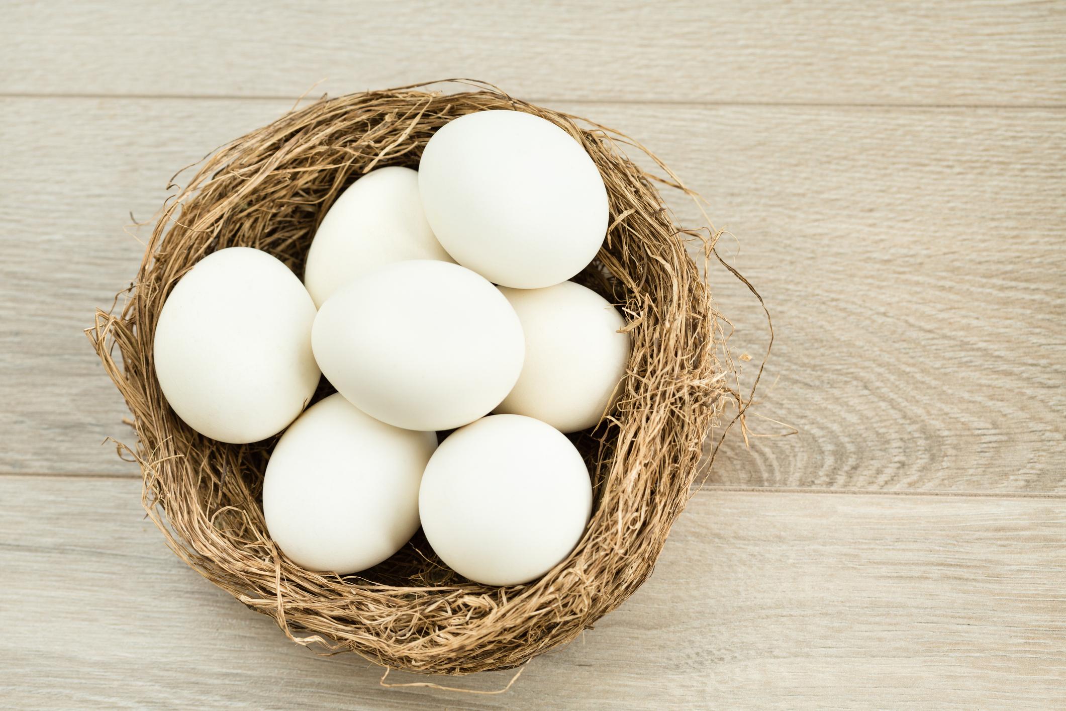 <p><strong>Ще трупате мускулна маса</strong></p>  <p>Яйцата съдържат протеини, важни за мускулите. В много диети се срещат съвети да се изхвърлят жълтъците и да се яде само белтък, но трябва да знаете, че половината протеини всъщност се съдържат в жълтъка.</p>